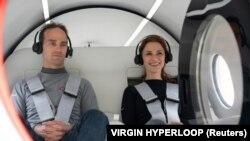 دو تن از مدیران هایپرلوپِ ویرجین در اولین آزمایش انسانی آن