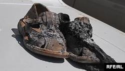 2009 жылдың 26 мамырында Атырау қаласында өзін-өзі өртеген Қабидолла Шолақовтың жанып кеткен аяқ киімі.