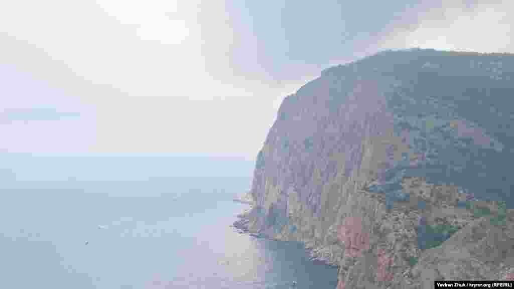 Со скалы Мытилино, которую балаклавцы называют «Мотыль», видны касающиеся облаков высоты Кая-Баш