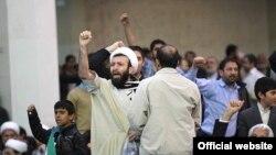 در روز ۲۲ بهمن سال جاری عدهای با پرتاب مُهر نماز و کفش و نعلین مانع سخنرانی رییس مجلس ایران شدند.
