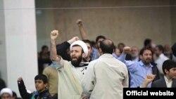 در روز ۲۲ بهمن پارسال عدهای با پرتاب مُهر نماز و کفش و نعلین مانع سخنرانی رییس مجلس ایران شدند.