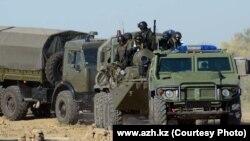 """""""Терроршыларға"""" қарсы арнайы операцияға келе жатқан әскерилер. Атырау, 21 қыркүйек 2012 жыл."""