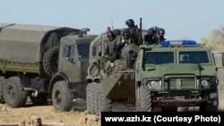 """Арнайы операциядағы әскери техника үстінде отырған адамдар. Aтырау, 21 қыркүйек 2012. Сурет """"Ақ Жайық"""" сайтынан алынды."""