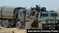 Сотрудники спецназа на бронетехнике на выполнении спецоперации. Атырау, сентябрь 2012 года.