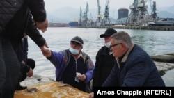Taksisti se kockaju na obali luke u Batumiju.