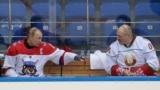 Владимир Путин (сол жақта) мен Александр Лукашенко өздері қатысқан әуесқой хоккей матчындағы үзіліс кезінде. Сочи, 15 ақпан 2019 жыл.
