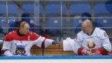 Владимир Путин и Александр Лукашенко в перерыве любительского хоккейного матча, в котором они участвовали в Сочи. 15 февраля 2019 года.