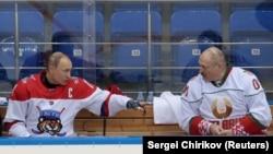 Владимир Путин и Александр Лукашенко в перерыве любительского хоккейного матча, в котором они участвовали в Сочи 15 февраля 2019 года