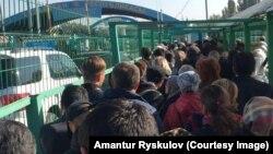 Из Кыргызстана в сторону Казахстана между «Ак-Жол» и «Кордай» — контрольно-пропускными пунктами между двумя странами. 11 октября 2017 года.