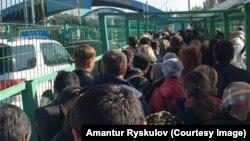 """Очередь перед пунктом пропуска """"Кордай"""" на границе Кыргызстана с Казахстаном. 11 октября 2017 года."""