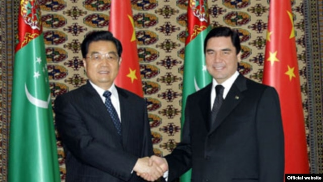 Turkmen President Gurbanguly Berdymukhammedov (right) meets with his Chinese counterpart, Hu Jintao, in Ashgabat on December 13.