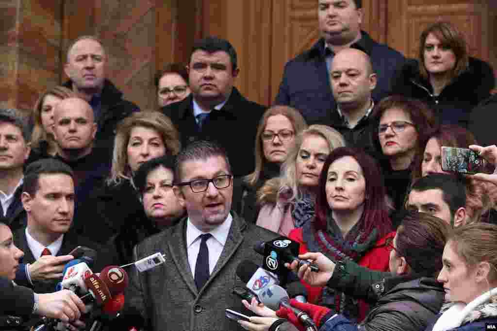 МАКЕДОНИЈА - Лидерот на ВМРО-ДПМНЕ, Христијан Мицкоски, на прес-конференција пред Собранието истакна дека пратеничката група на партијата на координаци донела одлука дека нема да учествува во работата на законодавниот дом се додека, како што рече, не се создадат услови за нормално и демократско функционирање на институцијата.