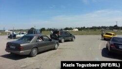 Шеңгелді ауылына кіретін жолды бөгеп тұрған полицейлер. Алматы облысы, 21 тамыз 2013 жыл.