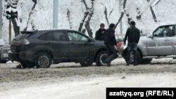 Қала көшесіндегі көліктер. Алматы, 21 ақпан 2012 жыл. (Көрнекі сурет)