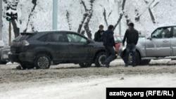 Дорожно-транспортное происшествие на одной из алматинских улиц.
