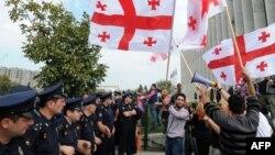 По словам организаторов акции протеста у центрального офиса оппозиционного «Нацдвижения», они вышли на улицу после того, как узнали, что «националы» готовятся к реваншу путем государственного переворота