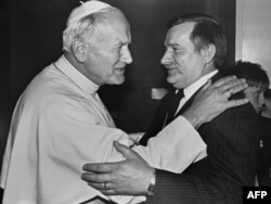 Иоан Павел Второй в Гданьске приветствует лидера «Солидарности» Леха Валенсу во время своей первой поездки в Польшу в качестве понтифика. 11 июня 1987 года