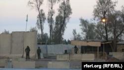 Сотрудники афганских сил безопасности у авиабазы, на которую было совершено нападение талибами. Кандагар, 9 декабря 2015 года.