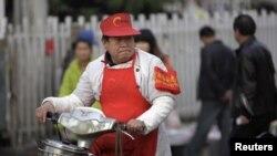 Житель Пекина едет на велосипеде. Иллюстративное фото.