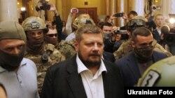 Народний депутат від фракції «Радикальної партії» Ігор Мосійчук в оточенні співробітників СБУ, 17 вересня 2015 року