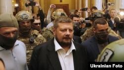 Затриманого Ігоря Мосійчука виводять із Верховної Ради, 17 вересня 2015 року