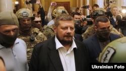 Народний депутат Ігор Мосійчук в оточенні співробітників СБУ йде до виходу з будівлі Верховної Ради, 17 вересня 2015 року