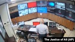 نمایی از لحظه هک دوربینهای زندان اوین که غافلگیری رئیس سازمان زندانها را بهدنبال داشت.