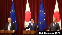 شینزو آبه، نخست وزیر ژاپن، در نشست خبری مشترک با ژان-کلود یونکر، رئیس کمیسیون اروپا و دونالد توسک، رئیس شورای اروپا در توکیو