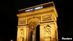 """Надпись """"Париж - это Шарли"""" проецируется на Триумфальную Арку"""