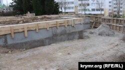 Огороженная территория на месте строительства храма