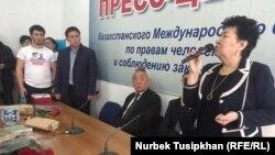 Церемония заочного награждения осужденных гражданских активистов из города Атырау Макса Бокаева и Талгата Аяна. Алматы, 15 декабря 2016 года.