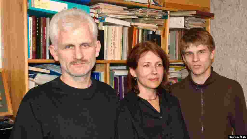 Алесь з жонкай Натальляй і сынам Адамам. Менск, 2006 г.