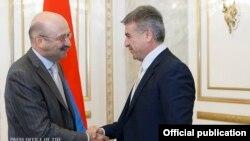 Премьер-министр Армении Карен Карапетян (справа) приветствует председателя правления банка ВТБ 24 Михаила Задорнова, Ереван, 30 сентября 2016 г..