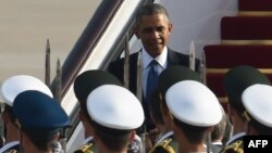 Китай. Президент США Барак Обама спускается по трапу своего самолета по прибытии в Пекин, где его встречает почетный караул