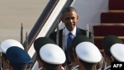 Президент США Барак Обама в аэропорту Пекина.