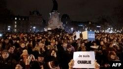 """Акция в центре Парижа в среду вечером в связи с нападением на Charlie Hebdo. В руках у участников плакаты с надписью """"Я - Шарли""""."""