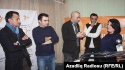 soldan sağa: Mirşahin, proqramın prodüseri Cavid Zeynallı, Vahid Mustafayev, proqramın operatoru Cavanşir Ağamalıyev və aparıcı Şahnaz Bəylərqızı