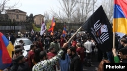 Anti-LGBT fəalları parlamentin binası qarşısında