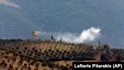 Сирияның Түркиямен шекарасы маңындағы нысанаға түрік әскери ұшағының соққысынан кейін әуеге көтерілген түтін. 21 қаңтар 2018 жыл.