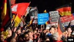 Neki nemački komentatori su Alternativu za Njemačku otvoreno uporedili sa Hitlerovim nacistima: Okupljanje pristalica AfD
