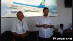 Имам мечети «Имам Абу Юсуф» Абдувосит-домла (справа) читает проповедь в аэропорту Намангана.