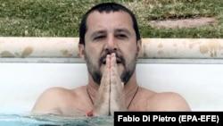 Маттео Сальвини в 2018 году в городке Совиньяно купается в бассейне на вилле, конфискованной десятью годами ранее у мафии