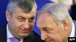 Де-факто президенты Абхазии и Южной Осетии приглашают американских чиновников посетить Абхазию и Южную Осетию, чтобы своими глазами увидеть, что там происходит и каково там влияние России Де-факто президенты Абхазии и Южной Осетии приглашают американских