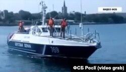 Російський прикордонний катер доставляє підібраного у відкритому морі Дорошенка до окупованого Криму (Стоп-кадр з відео ФСБ Росії)