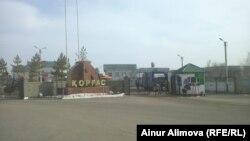 На въезде в таможенный пункт Коргас (Хоргос) на казахстанско-китайской границе. Алматинская область, 20 марта 2014 года.