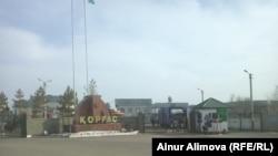 На въезде в таможенный пункт «Коргас» («Хоргос») на казахстанско-китайской границе. Алматинская область, 20 марта 2014 года.