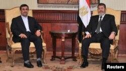 مرسي يستقبل أحمدي نجاد