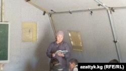 Чатырда окуган балдар. Ак-Жар айылы, Кочкор району. 16-апрель, 2014-жыл.