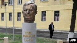 Памятник бывшему президенту Польши Леху Качиньскому в Тбилиси, открытый через два года после его гибели, 10 апреля 2012 года