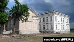 Дабудаваная частка палаца розьніцца ад аўтэнтычнай